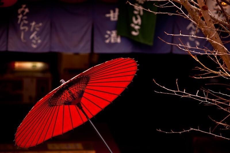 だんご屋の前に置かれた赤い傘