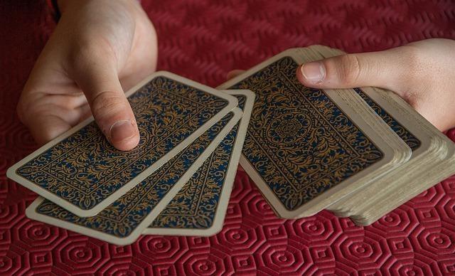 カードを手に取る男性の手元