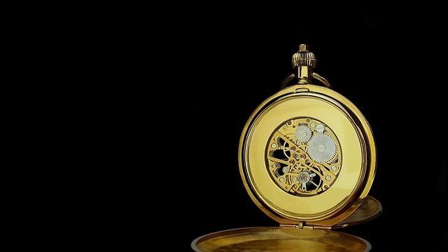 金の懐中時計の文字盤が外れた様子