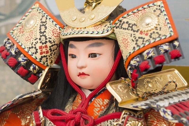 五月人形の顔を写したアップ画像