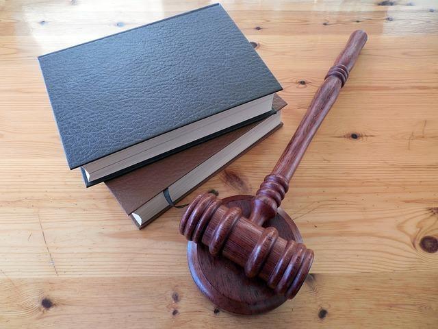 法律の条文 木槌と六法全書
