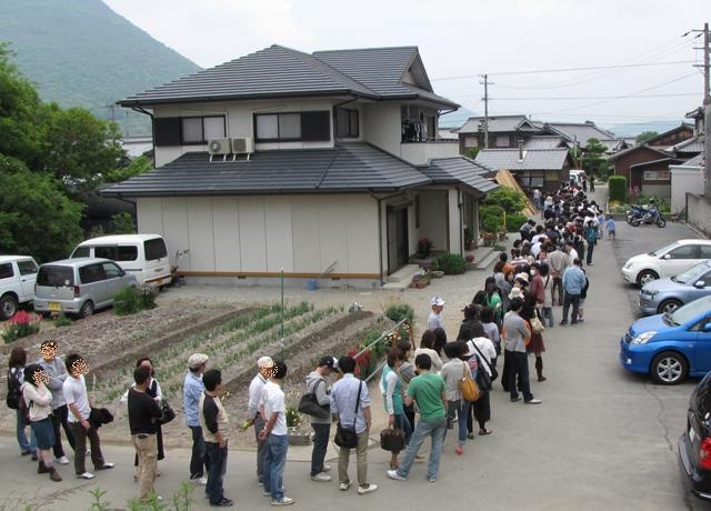 香川県内の有名うどん店にできる行列