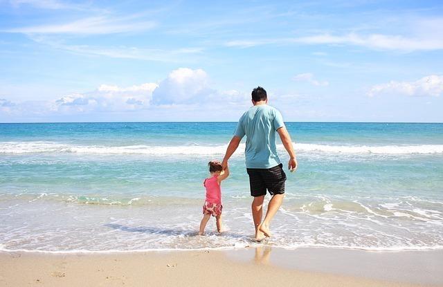 休日に海水浴を楽しむ親子