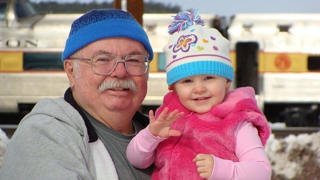 笑顔のおじいちゃんと子供