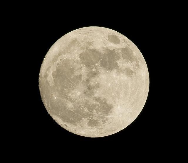 クレーターが見えるほどくっきりした満月