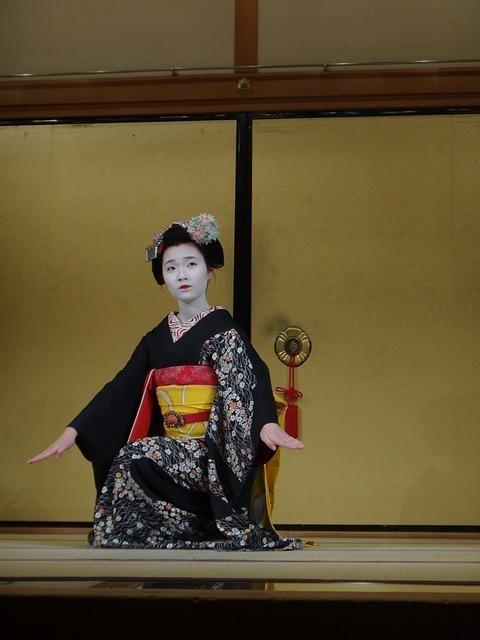 日本舞踊をしている女性