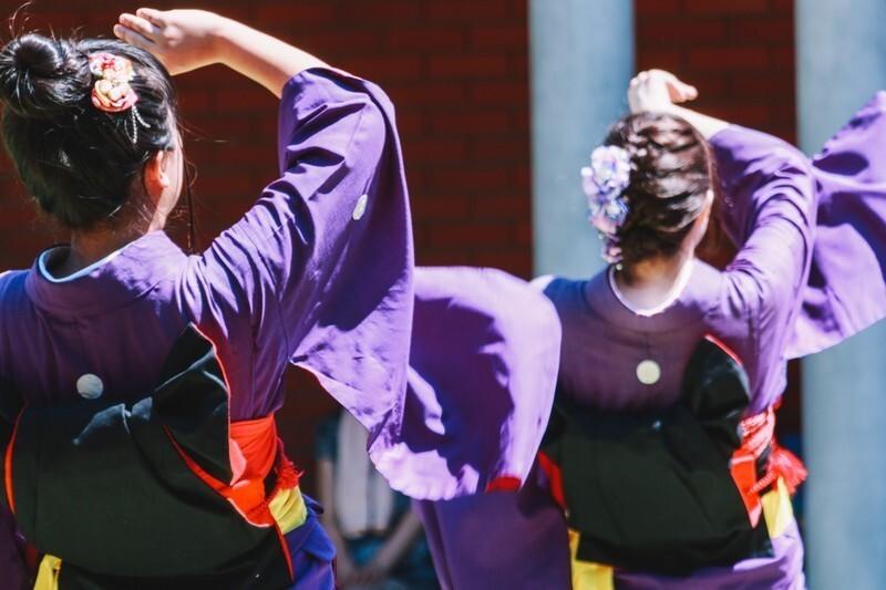 和服で踊る二人の女性の後ろ姿