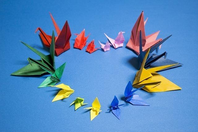 縁起の良い千羽鶴でハートマークを描いた画像