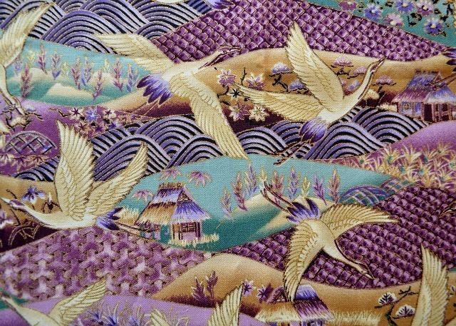 紫色で金色の鶴が描かれている柄