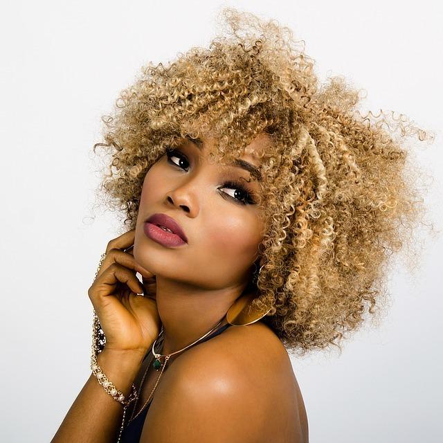 流行先端の褐色の肌の美しい女性