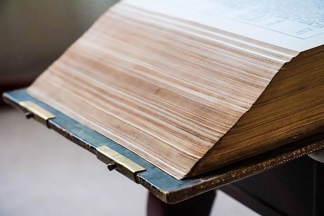 古くて分厚い本が開かれている様子の一部画像