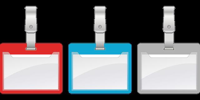 赤、青、灰色のカード吊り下げ型のネームプレート