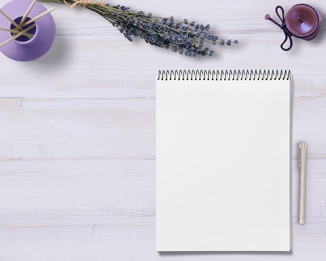 紫色のアロマグッズと共に用意されたメモ帳とペンの画像