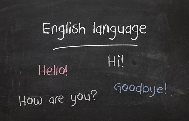 黒板にチョークで書かれたenglish languageなどの簡単な英単語