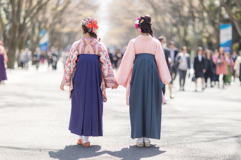 袴姿の2人の女性の後ろ姿