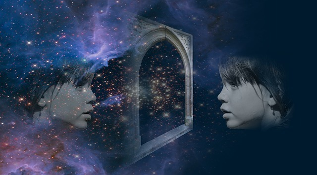 鏡の中に映っている自分のツインソウルを見つめている少女