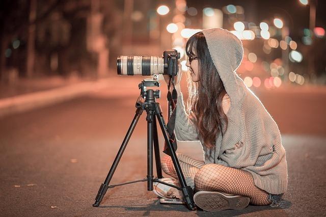 カメラのファインダーを覗く女性