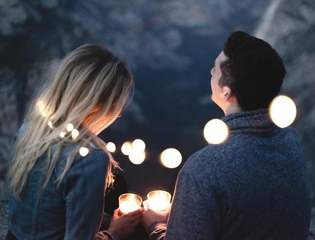 並んで夜景を楽しんでいるカップル