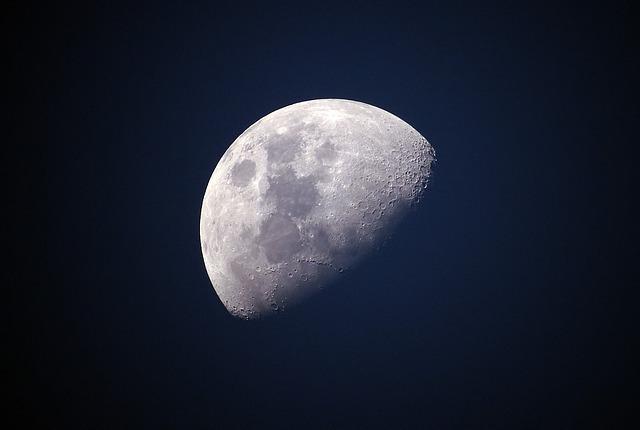 夜空に浮かぶ半月