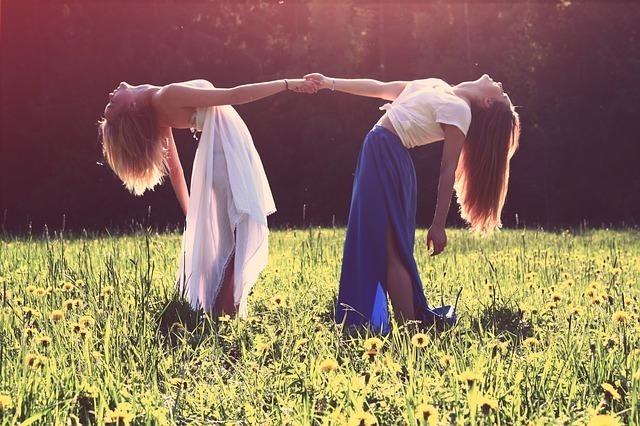 情熱的な思いで踊る二人の女性