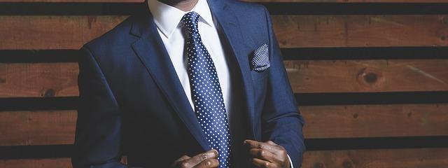 堅実な男性のスーツ姿