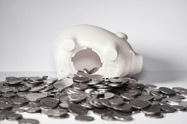 お金が詰まった貯金箱