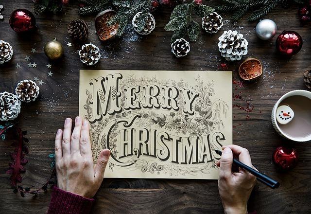 メリークリスマスと書いた大きなカードを作成中