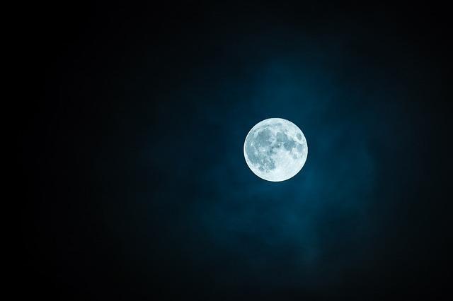 星ひとつない夜空に浮かぶ満月