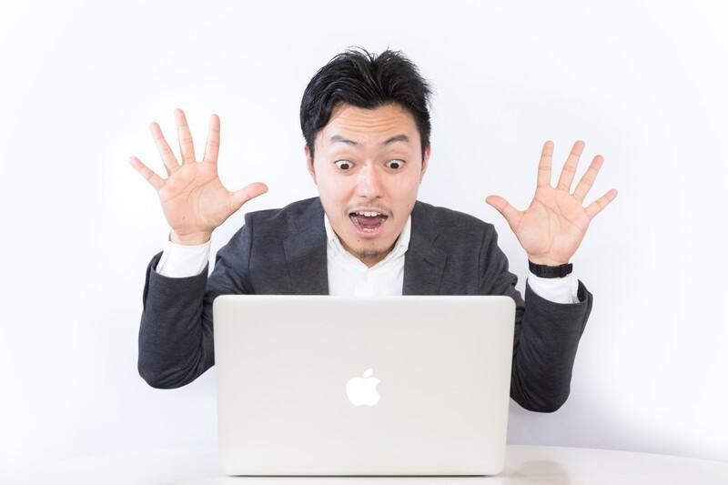 パソコンを見てびっくりする男性