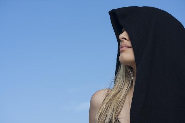 黒いフードをかぶった海外の女性