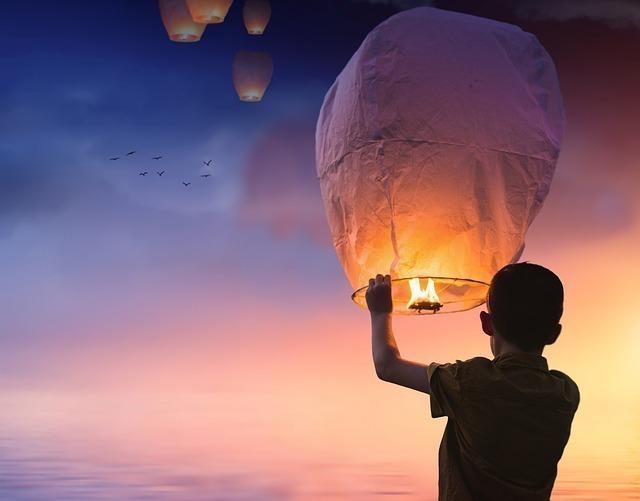 熱気球を飛ばしている男性の後ろ姿
