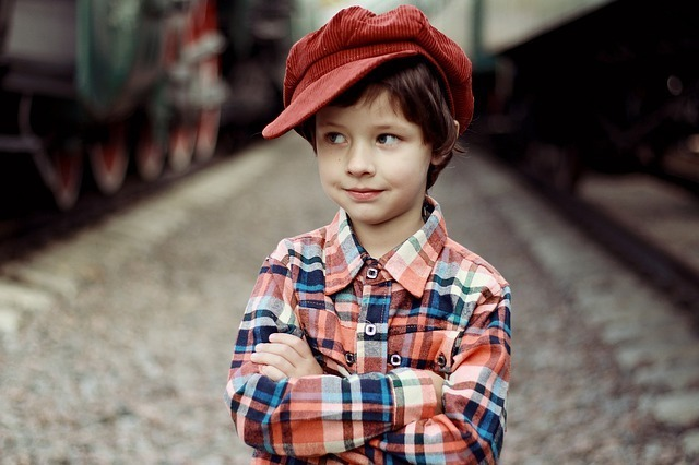 赤い帽子をかぶった考える男の子