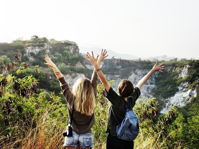 活発で元気な女性が両手を広げている
