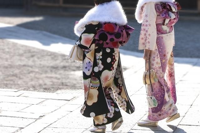 晴れ着を着た女性2人