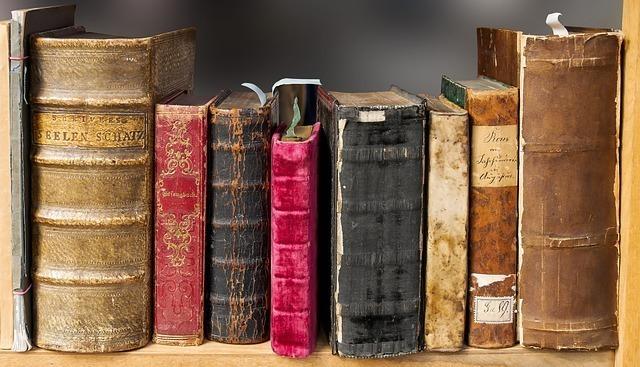 8冊の古びたカラフルな本の背表紙