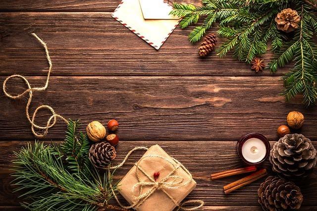 モミの木の枝やオーナメントなどクリスマスの飾りつけ準備中