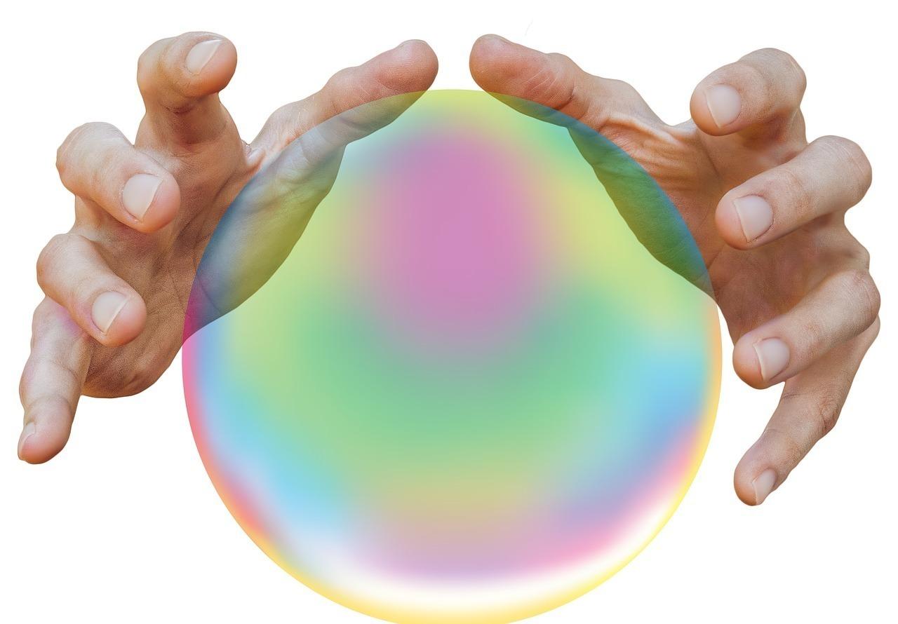 水晶玉らしきものに手をかざす