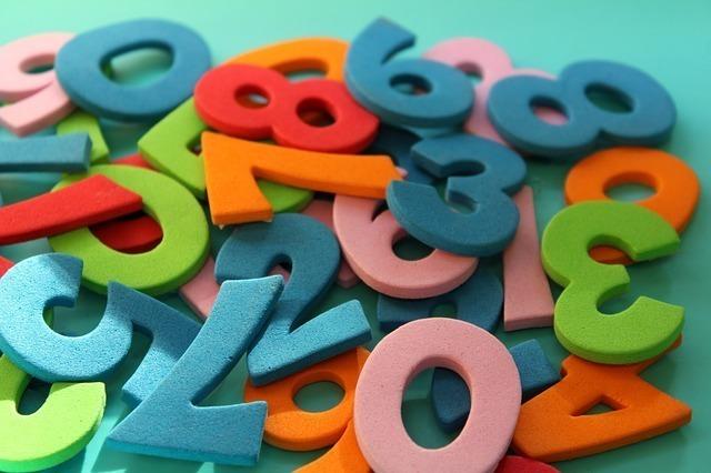 柔らかい素材で作られた数字が煩雑に積み重なっている
