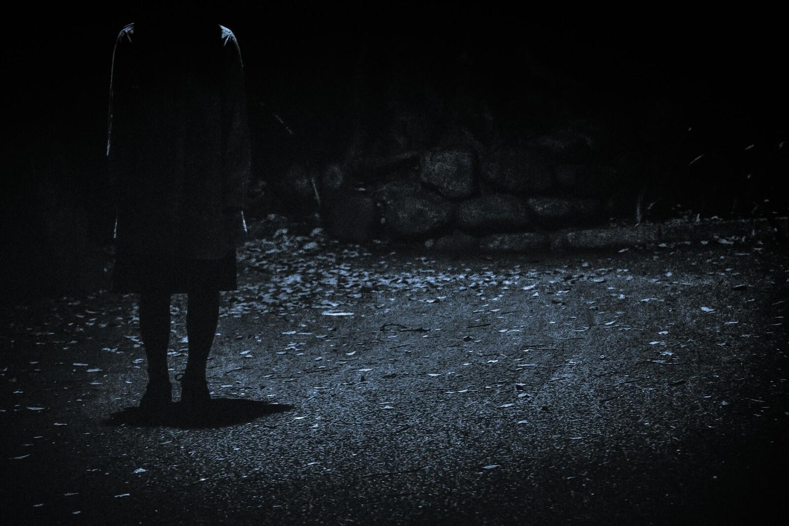 薄暗い先に待ち構えるその正体とは?