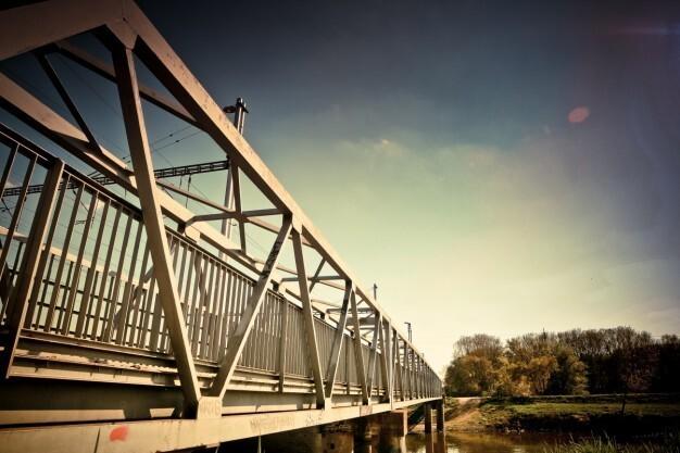夕日で不気味に照らされる鉄の橋