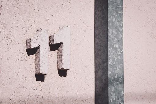 壁に貼られている数字の「11」