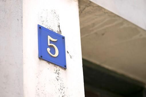 「5」というプレートが打ちつけられた壁