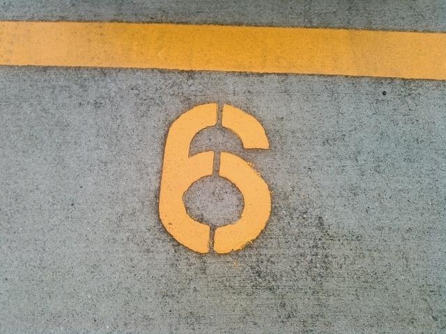 駐車場の「6」