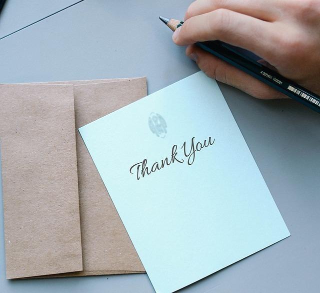 カードにthank youとえんぴつで書き終えたばかりの画像