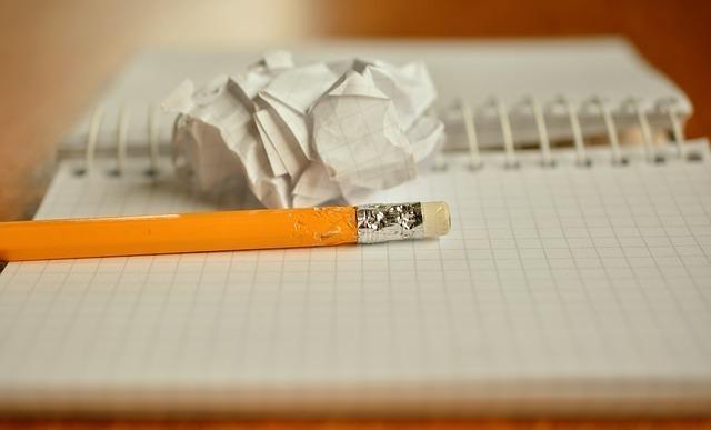 ノートに何を書こうか迷っている画像