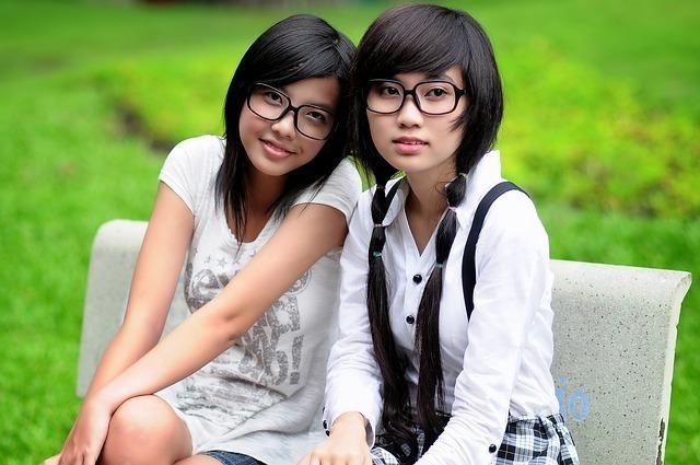 ベンチに座るメガネをかけた女の子たち