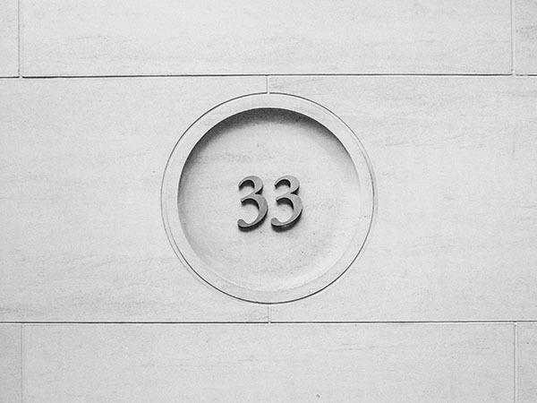 壁のモチーフとなっている「33」