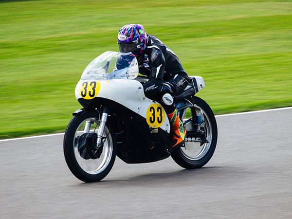 33のステッカーのオートバイ