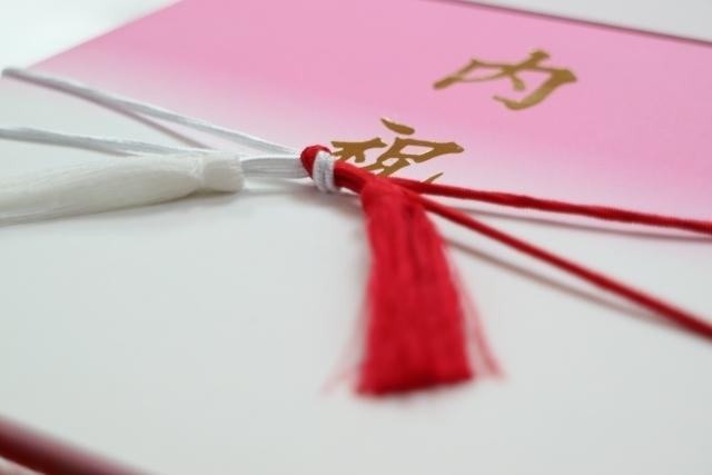 内祝いの化粧箱に紅白の結び