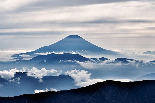雲海と雲の間にそびえる青い峯